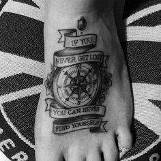 Tatuadora brasileira Fernanda Prado não se restringe a uma técnica. A artista de São Paulo cria telas usando tinta, carvão, lápis, nanquim e claro, na pele.