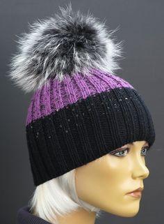 ad2936881 Fialovo černá čepice - ručně pletená z merino vlny s luxusní extra velkou  kožešinovou bambulí Špongr