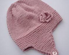 Eine schnelle und einfach zu stricken Muster für eine Baby-Mütze mit einem niedlichen Blumen Verzierung. Das ist wirklich drei Muster anstatt eine!!