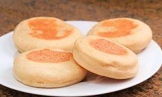 Aprende con este vídeo cómo hacer unos muffins ingleses. Es un pan que no necesita horno inventados por un inmigrante en EEUU de origen inglés. Son consumidos para desayunar en EEUU, Reino Unido y Australia.