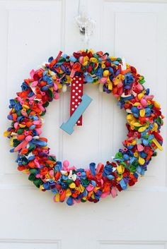 SO CUTE ... wreath made of uninflated balloons