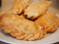 Chef Diane Brown offers her recipe for easy, vegetarian empanadas. They're perfect for tapas night or appetizers for a crowd. Spanish Empanadas Recipe, Dessert Empanadas Recipe, Cheese Empanadas Recipe, Chicken Empanadas, Mexican Empanadas, Empanadas Vegetarian, Mexican Food Recipes, Snack Recipes, Dessert Recipes