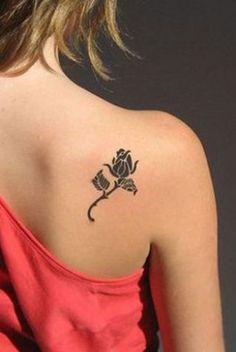 Tatouage de rose sur l'omoplate Photo Rose, Tattoos, Tattoo Ideas, Curly Hair, Small Feminine Tattoos, Design Tattoos, New Fashion, Tatuajes, Japanese Tattoos
