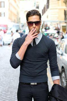 eleganter-Herren-Outfit-Sonnenbrille-Hemd-leichter-Pullover-V-Ausschnitt