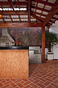 Área para churrasco com Del Favero no chão, na bancada e na parede.