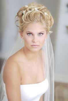 Opstoken blond bruidskapsel