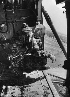 During a mission aboard Yankee Papa 13 crew chief Lance Cpl. James Farley cries after having just witnessed the shooting of two crew mates one of them fatally. Vietnam War Photos, South Vietnam, Us Marine Corps, Military Pictures, War Photography, Vietnam Veterans, American Soldiers, Historical Pictures, Black And White Pictures