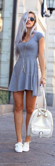 Amo su cabello combinado con el vestido gris