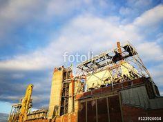 Alte stillgelegte Fabrik vor blauem Himmel mit Schäfchenwolken am alten Binnenhafen von Münster in Westfalen im Münsterland