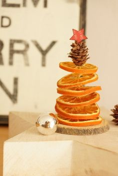 little orange christmas tree (in German language) - see tutorial- not diffcult to make. Orange Christmas Tree, Noel Christmas, Christmas Is Coming, Winter Christmas, All Things Christmas, Christmas Ornaments, Theme Noel, Xmas Decorations, Christmas Inspiration