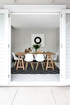 dining table with the white eames chairs Dining Room Inspiration, Interior Design Inspiration, Design Ideas, Style At Home, Natural Wood Table, Bright Homes, Home Fashion, Dining Area, Dining Table