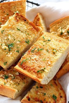 Low Unwanted Fat Cooking For Weightloss Easy Garlic Bread Recipe - The Best And Easiest Side Dish To Pasta Dinner Or Soups Crispy, Warm Bread With Buttery Garlic Topping Is Even Better Made At Home. Make Garlic Bread, Homemade Garlic Bread, Homemade Breads, Baking Garlic Bread, Best Garlic Bread Recipe, Rosemary Bread, Garlic Butter, Tasty Bread Recipe, Bread Recipes