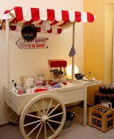Eine Popcornbar mit klassisch rot weiß gestreiftem Dach. Passt auch prima zum Thema Zirkus. Auch als Candybar, Getränkebar, Sektbar, Sweettable, Cake bar, als Herrenbar, Brandybar, für Apéritiv, für Fingerfood oder besonderen Rahmen für Ihre Hochzeitstorte - Ihr Candywagen für Ihre Hochzeit