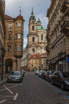 Wir waren jetzt schon mehrmals in Prag. Fasziniert vom Zauber dieser Stadt kehren wir immer wieder hier her zurück. So viel liegt noch im Verborgenen und will erkundet werden. Das alte Prag mit seinen Kopfstein gepflasterten Wegen durch gotische Befestigungstürme, vorbei an Palais der Renaissance, barocken Kirchen und Jugendstil-Fassaden. Willst du mehr erfahren über diese wundervolle Stadt? Los geht´s!