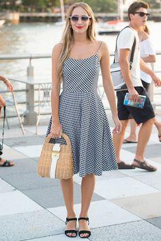 street-style-harley-viera-newton-look-vestido-midi-rasteirinha-bolsa-palha