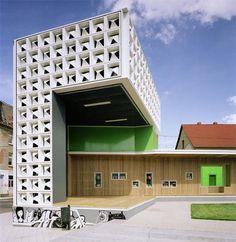Bücher aus Bierkästen:   Freiluftbibliothek im Magdeburger Stadtteil Salbke von Karo* Architekten