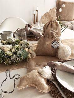 Osterdeko aus Jute... ostersäckchen aus jute genäht oder einfach als deko #jutedeko #osterdeko Jute, Burlap, Reusable Tote Bags, Throw Pillows, Bed, Easter Activities, Simple, Cushions, Hessian Fabric