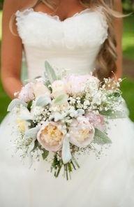 Jasny bukiet ślubny z pewoniami, gipsówką - Bukiety i butonierki