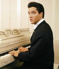 """( 2016 IN MEMORY OF ★ † ELVIS  PRESLEY """" ♪♫♪♪ Rock & roll / pop / rockabilly / country / blues / gospel / rhythm & blues ) ★ † ♪♫♪♪ Elvis Aaron Presley - Tuesday, January 08, 1935 - 5' 11¾"""" - Tupelo, Mississippi, USA. Died; Tuesday, August 16, 1977 (aged of 42) Resting place Graceland, Memphis, Tennessee, USA. Education. L.C. Humes High School. Occupation: ♫ Singer, actor. Home town Memphis, Tennessee, USA. Cause of death: (cardiac arrhythmia)."""