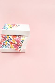 DIY Floral Gift Boxes - Maritza Lisa: Decorate your gift boxes with these gorgeous floral graphics. Box template available for download...click through for tutorial Fun Crafts For Kids, Diy And Crafts, Arts And Crafts, Do It Yourself Crafts, Diy Box, Diy Flowers, Craft Tutorials, Diy Paper, Creative