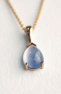 gold pendant, madder making, light blue sapphire made from hair. Mevisto transforms hair into personalized rubies or sapphires. These gemstones last for a lifetime and for the next generations. Gold Pendant, Pendant Necklace, Light Blue Sapphire, 18k Gold, Gemstones, Collection, Jewelry, Sapphire, Oder