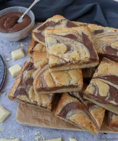 Nutella Cheesecake Blondies - The Baking Explorer Nutella Cheesecake Blondies - yummy white chocolate blondies swirled with a Nutella cheesecake. A delicious traybake for any occassion! Tray Bake Recipes, Baking Recipes, Dessert Recipes, Popcorn Recipes, Baking Desserts, Baking Ideas, Nutella Cheesecake, Nutella Cookies, Nutella Blondies