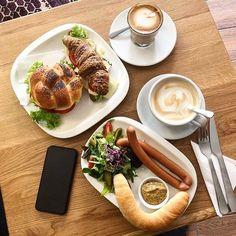 """714 kedvelés, 2 hozzászólás – Breakslow-Find Fast.Enjoy Slow (@breakslow_budapest) Instagram-hozzászólása: """"Monday mood🥪☕️ 📍 @budai_3 📸 @agiiiiii #breakslowbudapest #imadokreggelizni #mutimitreggelizel…"""""""