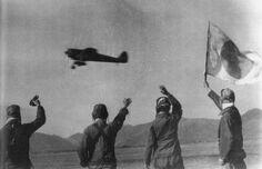 昭和20年5月18日、知覧飛行場。戦友たちのうち振る日の丸に見送られ、二度と生きて戻ることのない死地へと旅立った第五十三振武隊天誅隊の一式戦三型機。 #special_attack #tokkō #kamikaze