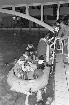 Sint Nicolaas in het zwembad / Saint Nicholas in the swimming pool by Nationaal Archief, via Flickr