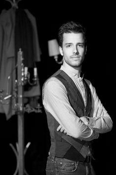 Stefan Hort est né en valais.   Il est diplômé de l'école nationale de théâtre du canada à montréal et plus récemment des universités de francfort et bruxelles où il a réalisé un master en étude du spectacle vivant. Aujourd'hui il poursuit son parcours artistique essentiellement en tant que metteur en scène pour le cirque, et concepteur sonore ou d'éclairages pour le théâtre et le cirque.  http://stef.hort.sh