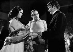 """Luchino Visconti con Claudia Cardinale e Alain Delon sul set di """"Il Gattopardo"""""""