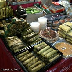 Left to right. Suman,sapinsapin maha,lecheplan Other rice based sweets ( Philippine snack foods) Filipino Dishes, Filipino Desserts, Filipino Recipes, Asian Recipes, Filipino Food, Asian Foods, Ethnic Recipes, Pinoy Street Food, Philippine Cuisine
