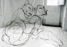 Sculture di animali fatte di filo metallico che sembrano disegni scarabocchiati