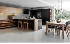 Kuchyně Comfort / Line v kombinaci černého matného laku s rustikálním dubem je originální. Ve stejném pojetí je i stolování u jídelního stolu naší výroby.