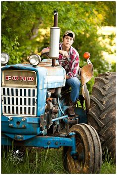 Senior pictures boys, farm senior pictures и tractor senior pictures.