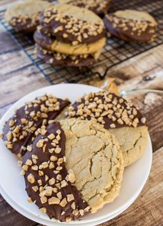ever Peanut Butter Cookies-- Giant, soft peanut butter cookies dipped in milk chocolate and sprinkled with toffee bits!Best ever Peanut Butter Cookies-- Giant, soft peanut butter cookies dipped in milk chocolate and sprinkled with toffee bits! Soft Peanut Butter Cookies, Peanut Cookies, Best Peanut Butter, Peanut Butter Desserts, Köstliche Desserts, Delicious Desserts, Dessert Recipes, Yummy Food, Bakery Style Peanut Butter Cookie Recipe