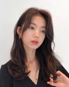 the left side yes Korean Long Hair, Korean Medium Hair, Korean Hair Dye, Hair Korean Style, Korean Hair Color Brown, Hair Color Asian, Asian Short Hair, Girl Short Hair, Hair Highlights