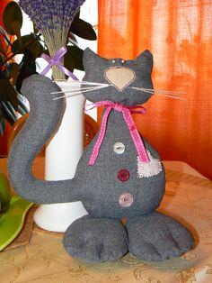 dekoratívny kocúrik je vyrobený zo 100 % polyester melange odtieň, vyplnený polyesterovým rúnom, vhodný aj do detskej izby, inšpirovala ma spomienka na našeho krásneho tmavošedého kocútika Luckyho s oranžovými očami, možnosť dodať s fúzikmi alebo bez Veľkosť: cca 28 cm Dinosaur Stuffed Animal, Textiles, Toys, Handmade, Animals, Activity Toys, Hand Made, Animales, Animaux