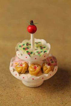 diy, miniature presentation plate for sweets from button, roundie etc.