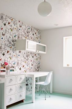 Armelle Blog: love the wall paper, keeps the office nice and fresh!