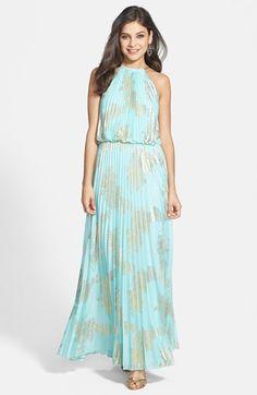 Um vestido longo florido cai bem. Não se esqueça de trazer um casaquinho pois pode fazer frio
