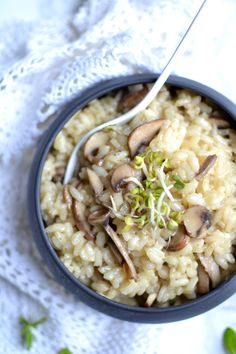 Creamy mushroom risotto with vegetable broth - Juliette's recipes Good Healthy Recipes, Veggie Recipes, Vegetarian Recipes, Risoto Vegan, Risotto Recipes, Buffet, Exotic Food, Vegan Snacks, Mediterranean Recipes