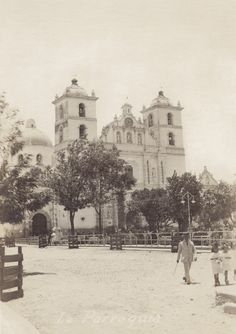 34 Rare Photos Capture Everyday Life of Tegucigalpa, Honduras in the ~ vintage everyday Honduras Food, Honduras Travel, Tegucigalpa, Heart Of America, Roatan, Architecture Old, Old Postcards, Rare Photos, Central America