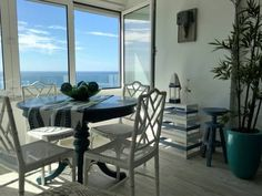 Sun & Sea 512 Sesimbra Set in Sesimbra, Sun & Sea 512 offers self-catering accommodation with free WiFi. The property boasts views of the sea is 31 km from Lisbon. There is a dining area and a kitchenette complete with an oven and a microwave. A flat-screen TV is offered.