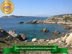 Largas y estrechas ensenadas, rocas de granito e islas caracterizan la región de Gallura. Costa, Snorkel, Magdalena, Granite, Calla Lilies, Cities, Italia