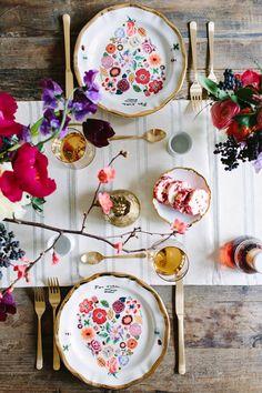 Mesa para dos muy romántica y femenina, con muchas flores de colores #SanValentin #mesasparados #ValentinesDay #tablesettings #tablesfortwo