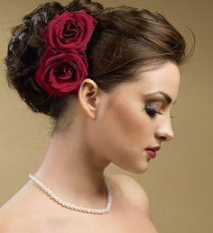 Quien dijo rojo no??!!! Tocado de novia con personalidad. #peluqueriaciudadreal #estilistasciudadreal