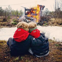 Cute kids in HH staying warm by the fire!  Photo from husetmeddetrarei Instagram