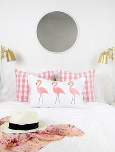Handfie - Ideas para decorar con flamencos este verano - cojín