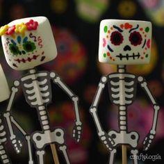 Calaveritas de Bombón Halloween House, Scary Halloween, Halloween Party, Mexican Party, Mexican Style, Mexican Sugar Skulls, Marshmallow Pops, Day Of The Dead, Birthday Candles